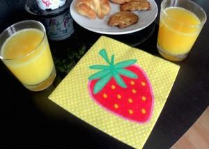 desayuno-romántico-zumo de naranja-naranjas-ribera-del-jucar-fresa